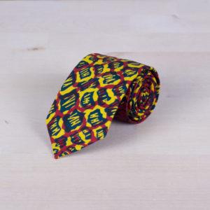 Corbata de tela wax africana con fondo amarillo, print azul y trama roja