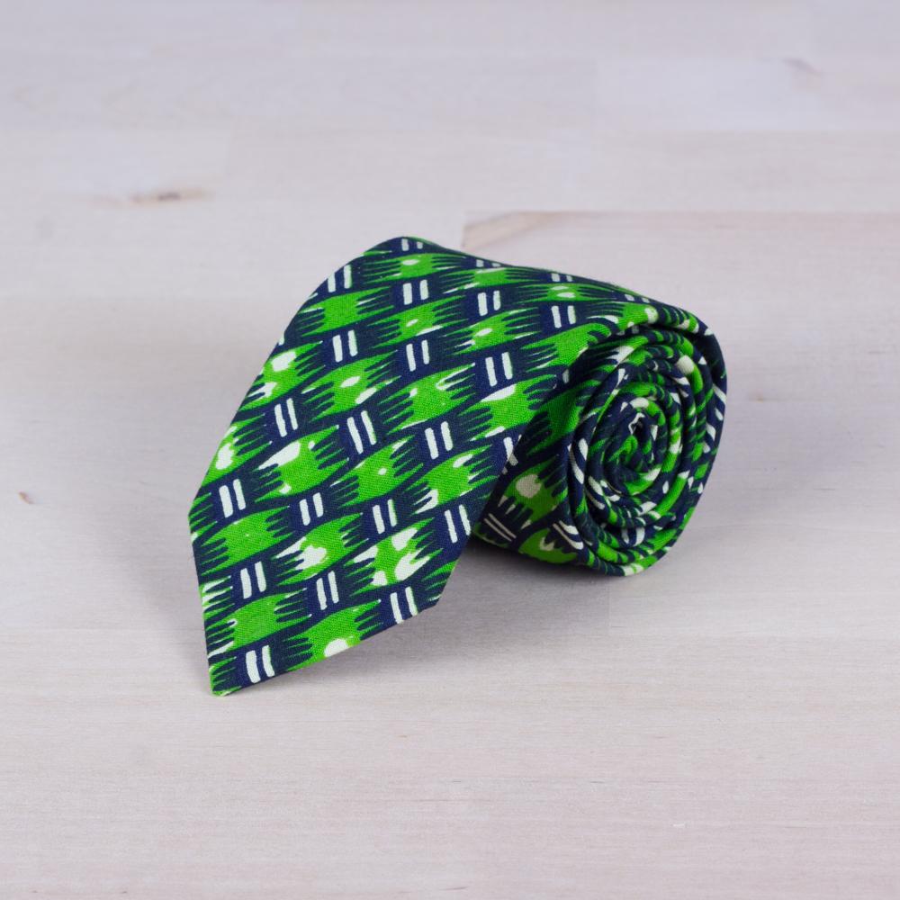 Corbata con trama regular en tonos verdes. Tela wax africana