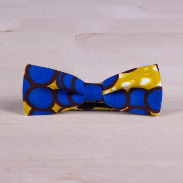 Pajarita de tela africana con motivos geométricos azules